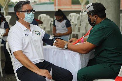 Futbolistas en Ecuador se inmunizan contra covid-19