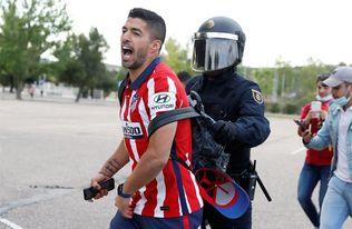 La celebración de jugadores del Atleti con afición provoca cargas en Zorrilla