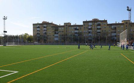 El césped artificial se extiende en las instalaciones deportivas.