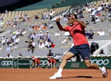 Federer brilla en su regreso a París y Osaka huye de la presión