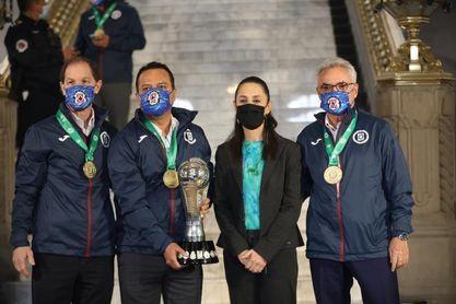 La alcaldesa de Ciudad de México recibe al campeón Cruz Azul de Reynoso