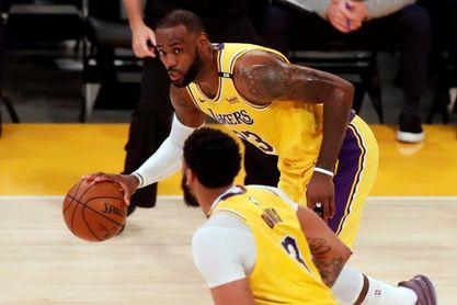 100-113: Booker fulmina a los Lakers y los Suns eliminan a los campeones