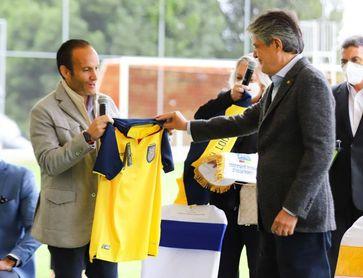 El presidente de Ecuador visita a la selección previo al partido con Perú