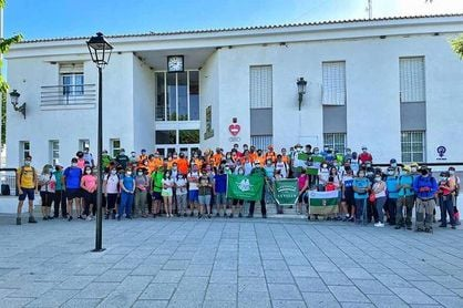Un centenar de senderistas se dan cita en Pruna para recorrer el sendero 'Fuente del Duque' de la mano de la Diputación.
