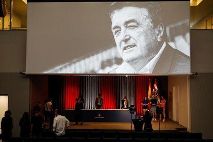 El Atlético impone a Antic, a título póstumo, la insignia de plata del club