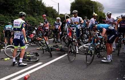 Detenida la espectadora que causó la caída durante la primera etapa del Tour