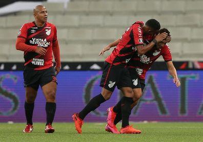 Athletico Paranaense golea al Fluminense y sigue al acecho del Bragantino