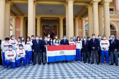 El presidente de Paraguay entrega la bandera a la delegación de Tokio 2020