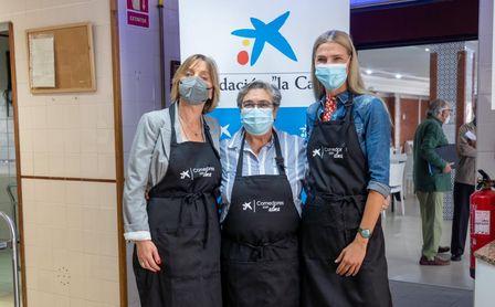 La Fundación 'La Caixa' y CaixaBank facilitan la entrega de más de 1.700 comidas al día en Sevilla a través del proyecto 'Comedores con Alma'.