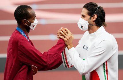 Barshim y Tamberi se imponen mutuamente sus medallas de oro