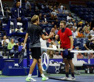 Zverev fuerza la retirada de Sock y jugará la cuarta ronda del US Open con Sinner