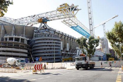 El Real Madrid instala el césped a seis días de recibir al Celta de Vigo