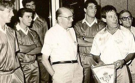 Juan Corbacho, con un banderín del Betis en la mano, en una pretemporada del cuadro verdiblanco.