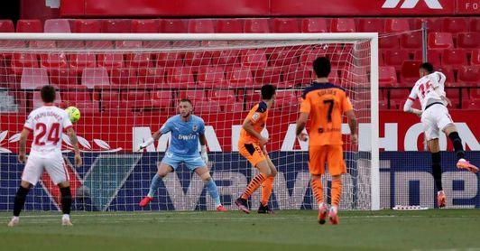 El Valencia ya prepara la visita al Sevilla pendiente del parte de bajas