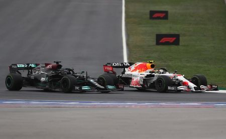 Bottas gana en Turquía y Verstappen festeja liderato en el podio con 'Checo'